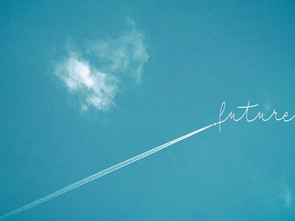 aereo nel cielo con scritta future