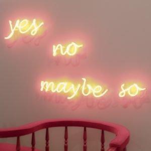 scritta la neon su un muro: yes, no, maybe so.