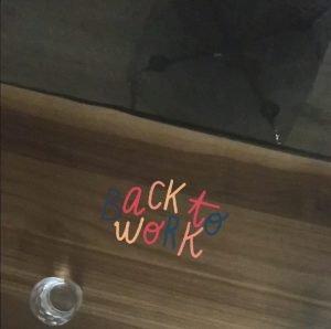 tavolo da lavoro con scritta back to work